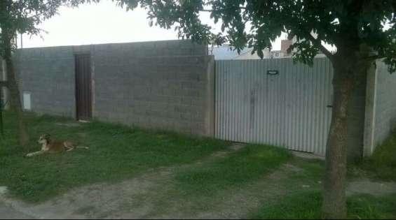 Totalmente tapiado el lote con portón y puerta de acceso independiente