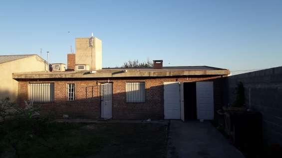 Construida en ladrillo visto y semivisto con losa de hormigón y ladrillo cerámico en el techo que la hacen térmica
