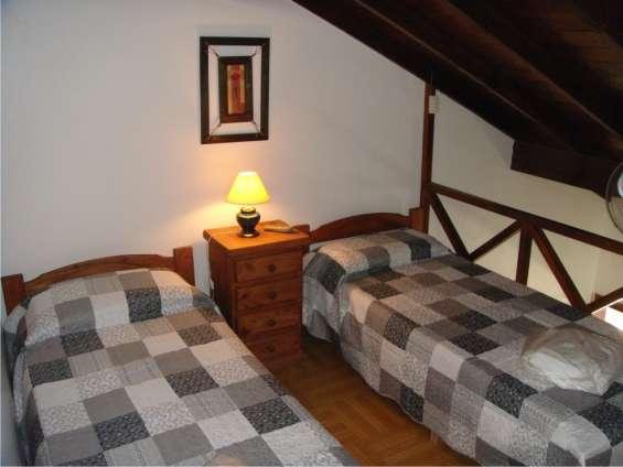 Vista segundo dormitorio con dos camas singles