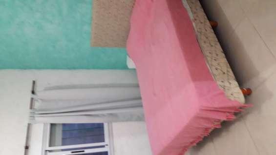Piso de porcellanato en toda la casa y aberturas de aluminio con persianas y rejas