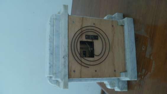 Parte posterior mostrando la campanilla para las horas y las medias horas